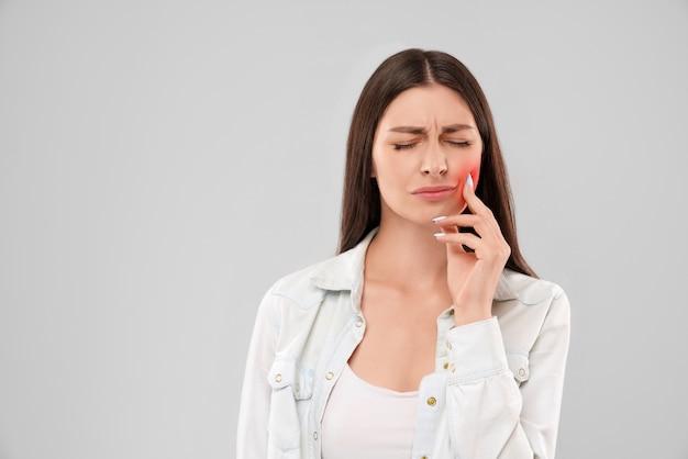 歯痛のために口に触れる女性 Premium写真