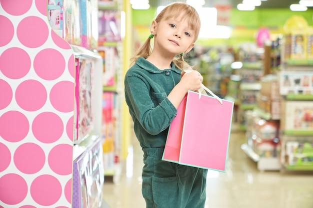 Счастливая детская сумка с новой куклой Premium Фотографии