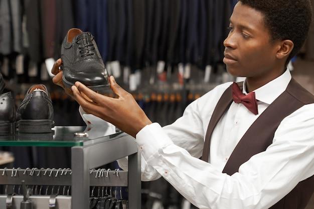 店でスタイリッシュな靴を選ぶクライアント。 無料写真