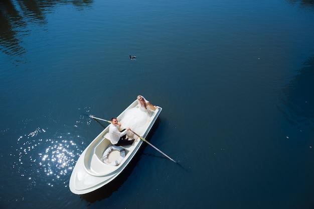 Молодожены на лодке Бесплатные Фотографии