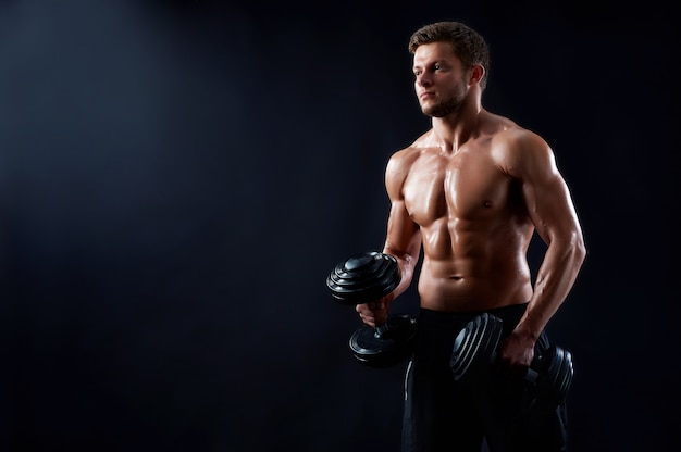 Молодой человек фитнеса в студии Бесплатные Фотографии