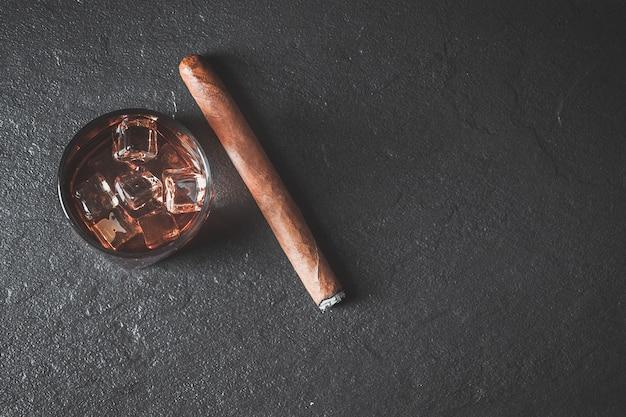 氷と葉巻のウイスキー。コピースペース Premium写真