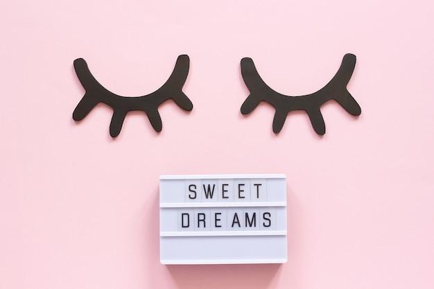 ライトボックスのテキスト甘い夢と装飾的な木製の黒いまつげ、目を閉じて Premium写真