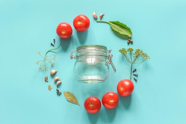 トマトのマリネとガラスの瓶の材料 Premium写真