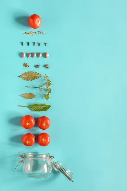トマトのピクルス。トマトのマリネとガラスの瓶の材料。野菜のコンセプト料理レシピ保存 Premium写真