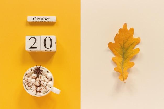 熱いココア、日付と秋の葉と秋の組成 Premium写真