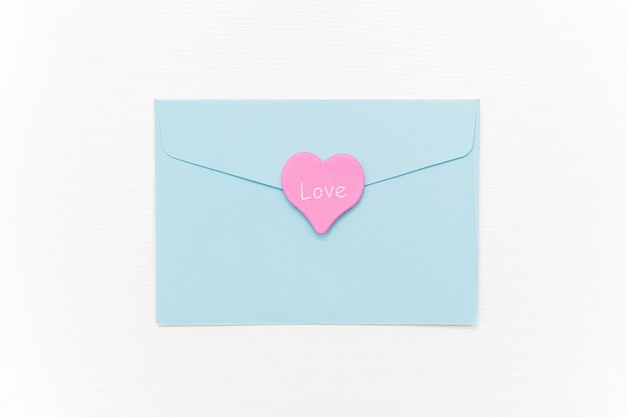 ラブレター。青い封筒と白のテキスト愛とピンクのハート Premium写真
