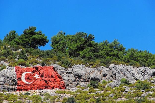 Турецкий флаг на скале Premium Фотографии