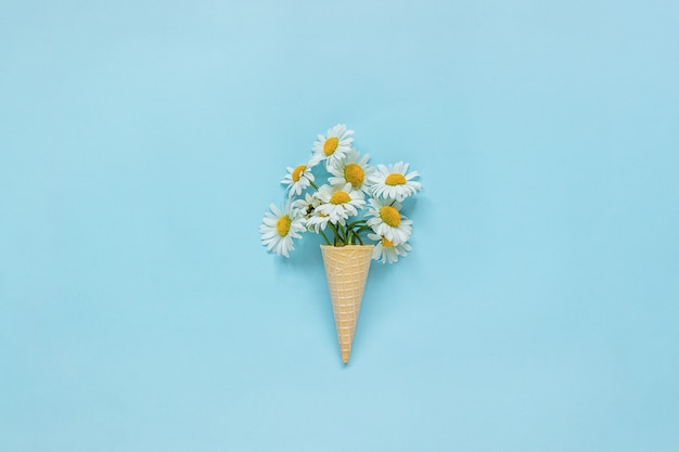 花束カモミールデイジーのワッフルアイスクリーム Premium写真