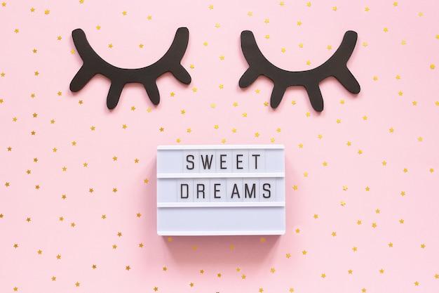 ライトボックスのテキスト甘い夢と装飾的な木製の黒いまつげ Premium写真