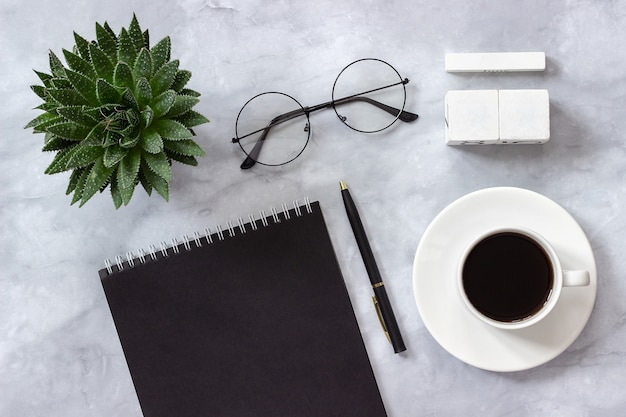 Стол офисный или домашний стол календарь пустых кубиков шаблон макета на календарную дату Premium Фотографии