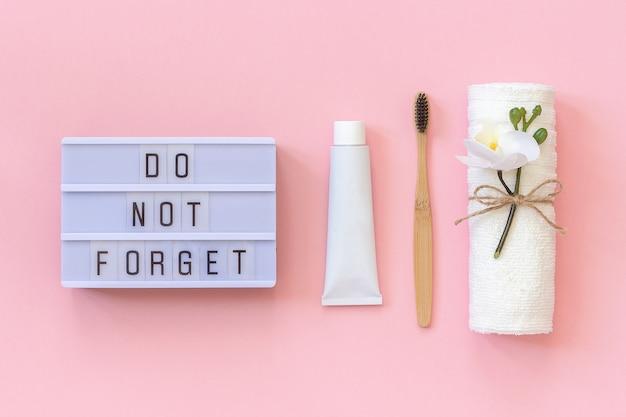 歯、タオル、歯磨き粉の管のためのそして自然な環境に優しいタケブラシを忘れないでください。洗濯用セット Premium写真
