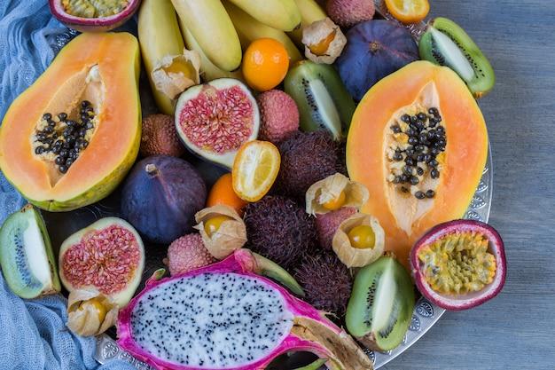 Ассорти из экзотических фруктов на тарелке Premium Фотографии