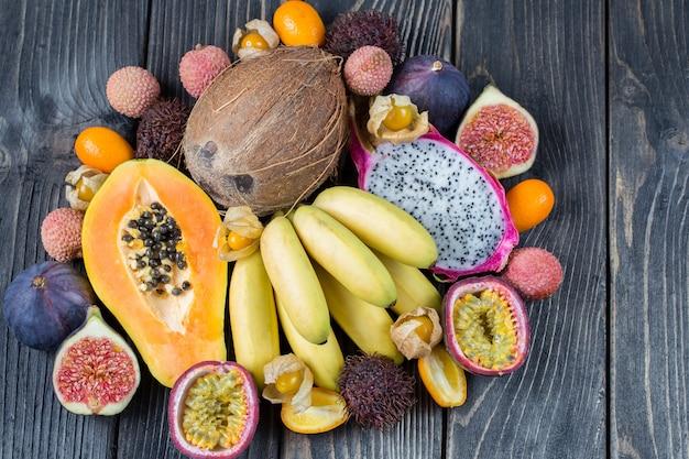 Ассорти из экзотических фруктов на деревянной поверхности Premium Фотографии