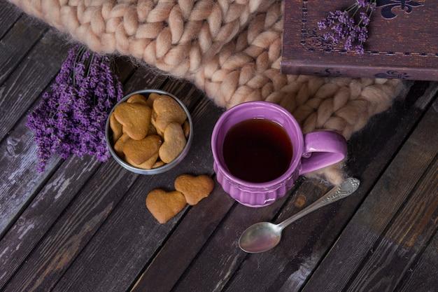 ラベンダー、格子縞、本、紫茶マグカップ、ガーランド、ビスケット Premium写真