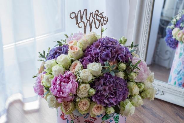 ギフト用の箱の中の牡丹、バラ、紫陽花の大きなブーケと手紙夫妻 Premium写真