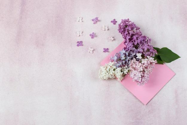 В розовом конверте букет сирени Premium Фотографии