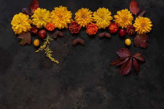 リンゴ、ワイルドチェリープラム、赤い果実、コピースペース花飾り付きの美しい秋の花。 Premium写真