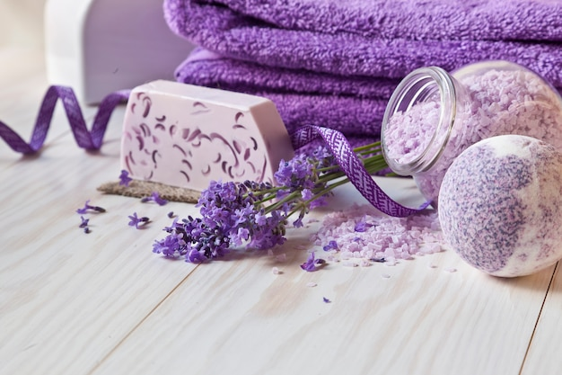 ラベンダーの花、石鹸、芳香のある海の塩とタオル。 Premium写真