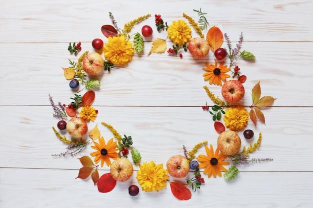 りんご、プラム、赤い果実、そして美しい花 Premium写真