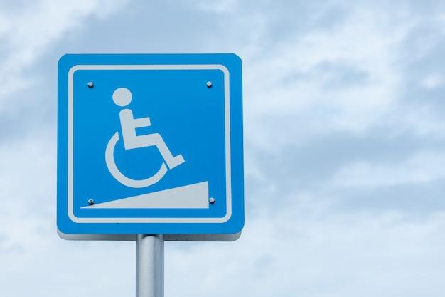 Белый символ на синем фоне на фоне голубого неба Premium Фотографии