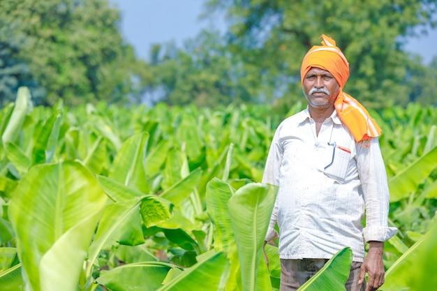フィールドで若いインド人農家 Premium写真