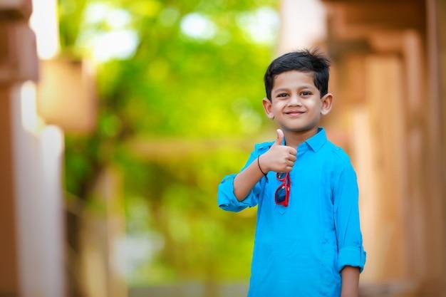 Индийский ребенок на традиционной одежде Premium Фотографии