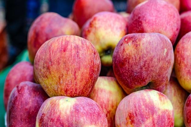 Букет из целого спелого яблока Premium Фотографии
