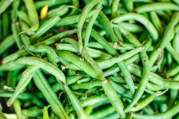 かごの中の新鮮な緑の長い豆の束 Premium写真