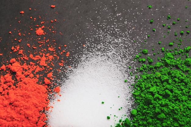 幸せ共和国日インド、白い背景の上の三色旗 Premium写真