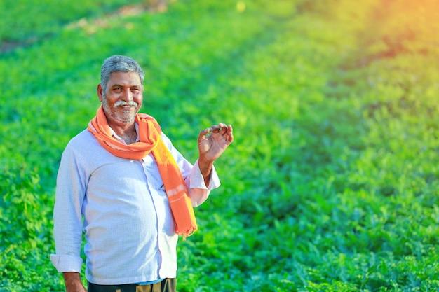 フィールドで若いインド人農家。 Premium写真