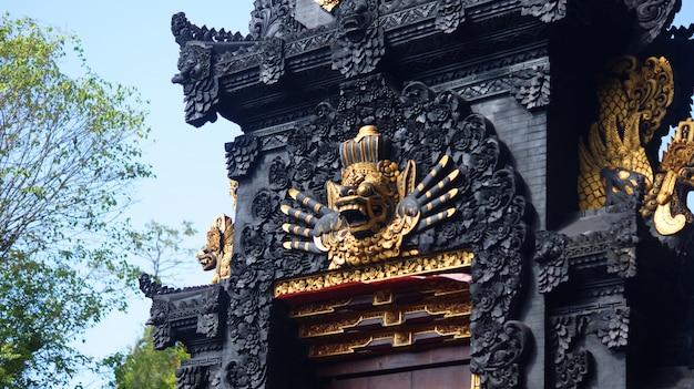 バリ寺院の門の守護像の写真 Premium写真