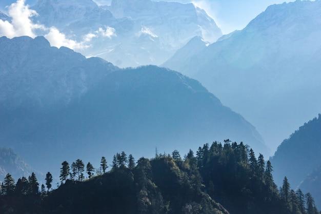 Взгляд манаслу от следа вокруг аннапурны в непале. Premium Фотографии