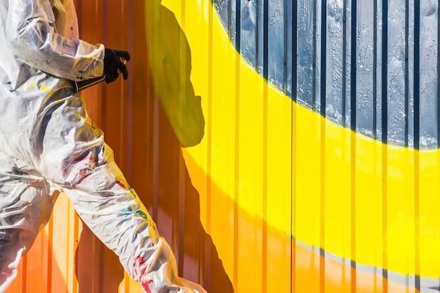 Граффити на стенах и граффити художника Premium Фотографии