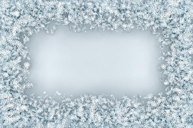 フレームは雪片のセットからボリュームのある長方形です Premium写真