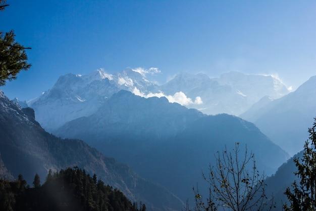 ネパールのアンナプルナ周辺のトラックからのマナスル八千人の眺め。 Premium写真