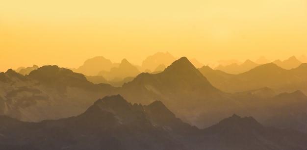 日没時のエルブルス山からの主な白人の尾根。 Premium写真