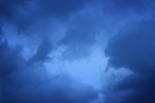Небесные облака перед грозой для ваших нужд Premium Фотографии