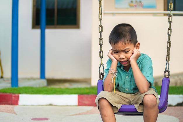 アジアの小さな男の子は疑いを感じ、ストレスを感じました。 Premium写真