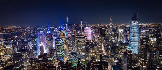夜のマンハッタンニューヨークの空撮 Premium写真