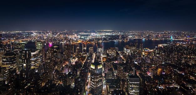 夜のマンハッタンニューヨークのパノラマ空撮 Premium写真