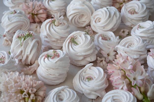 メレンゲとピンクの花 Premium写真