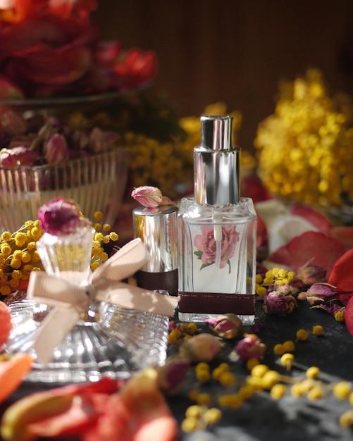 ビンテージフレグランスボトルと花 Premium写真