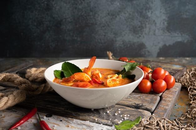 エビ、イカ、唐辛子のトムヤムスープ Premium写真