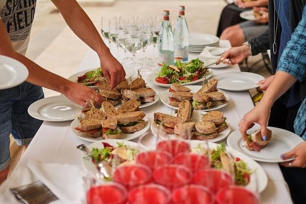 軽食、魚料理、肉料理のビュッフェ白いテーブル Premium写真