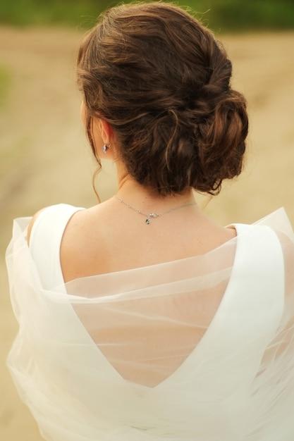 花嫁は彼女と一緒にベールに立ちます Premium写真
