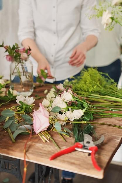 花屋の手はウェディングブーケを集めます。職場の花屋 Premium写真