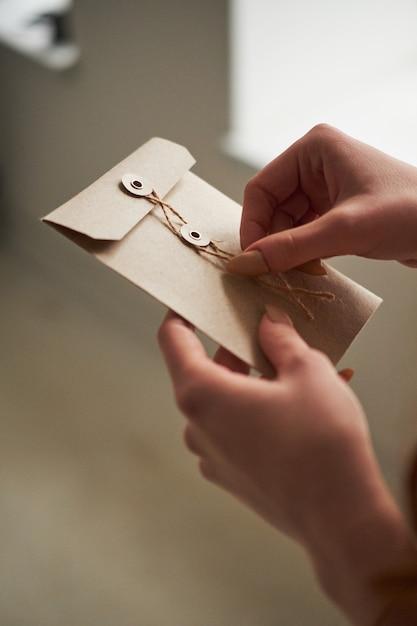 Держит в руке открытку, фотки аву
