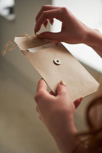 Десятилетием, держит в руках открытку