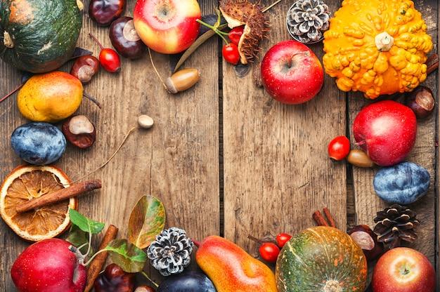 Осенний фруктовый фон Premium Фотографии